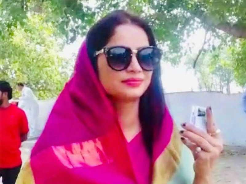polling beauty Reena Dwivedi cast his vote in uttar pradesh
